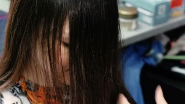 Holiči ruce hřebeny a stříhat vlasy brunetka dlouhá Dámská