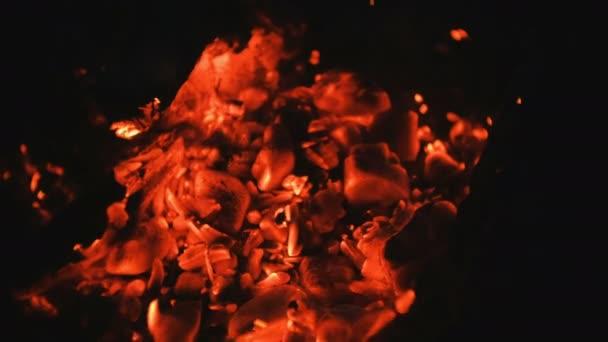 Žhavé uhlíky. Oheň. pozadí.