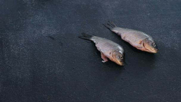Muž dá čisté čerstvé kapry ryby na stůl. Vaření ryb. Detail ruční