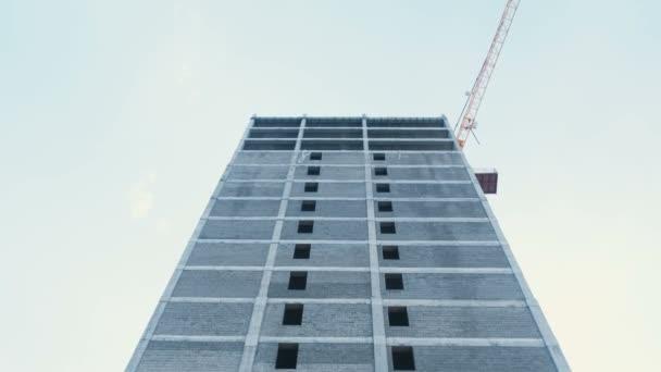Többszintes épület építési és építőipari daru, a háttérben a tiszta ég alatt.