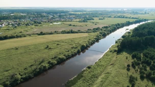 Létání nad vesnici, pole, řeka a lesy. Krásné ptáky-pohled na starý most visící nad řekou