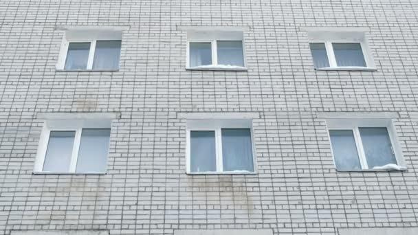 Šest bílých oken zděného domu. Vnější pohled na budovu. Fotoaparát přesunout zdola nahoru