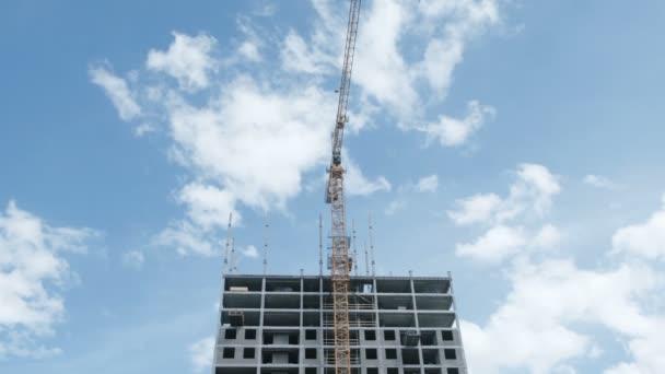 Vícepodlažní pod stavební appartment na pozadí oblohy na stavbě stavební jeřáb.