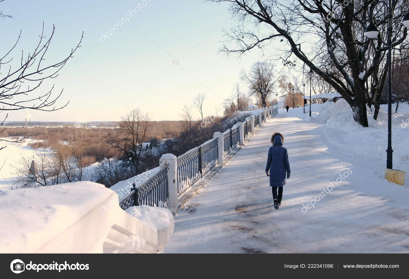 promo code 7053b 07685 Junge Frau in blau Daunenjacke mit Fell Kapuze zu Fuß in ...