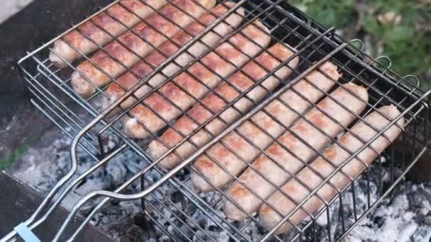 Smažené klobásy na grilovací rošt na uhlí. Pohled shora