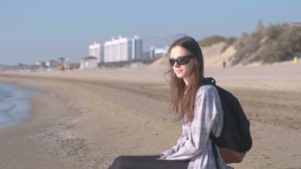 Voyageur Avec Un Sac à Dos Assis Sur Une Plage De Sable Fin Et En Regardant La Mer Jeune Fille Sur La Plage