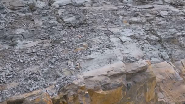Detailní pohled na Rock. Šedé a žluté rock textury s malými kameny