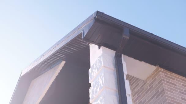 Potrubí pro odvodnění střechy soukromého domu. Stavba domu