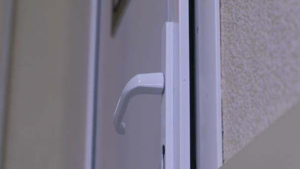 Plastové dveře s rukojetí v nemocnici detail.