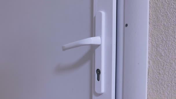 Plastové dveře s rukojetí v úřadu detail.