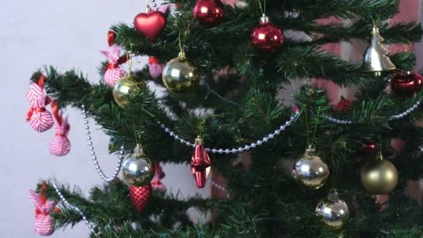 Karácsonyi díszek piros és arany és ezüst gyöngyök a karácsonyfa ága az.