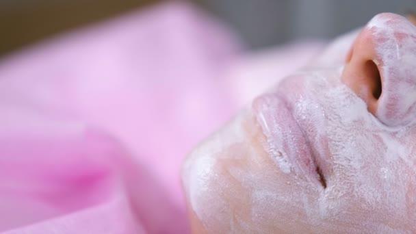 Zenske rty a nos s hydratační maska na Kosmetologické procedury. Detail obličeje
