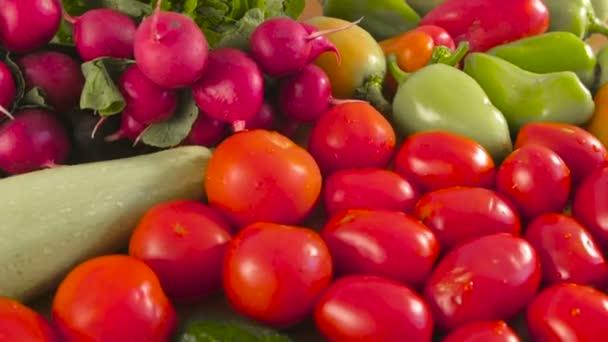 Detailní pohled na čerstvou zeleninu, rajčata, okurky, cuketa, paprika, zelené, ředkvičky a houby na kuchyňském stole