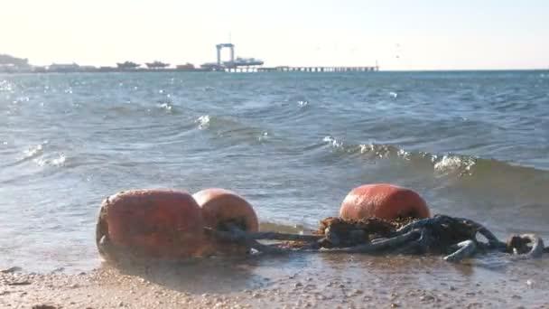 Bóje ve vlnách do písku na pobřeží