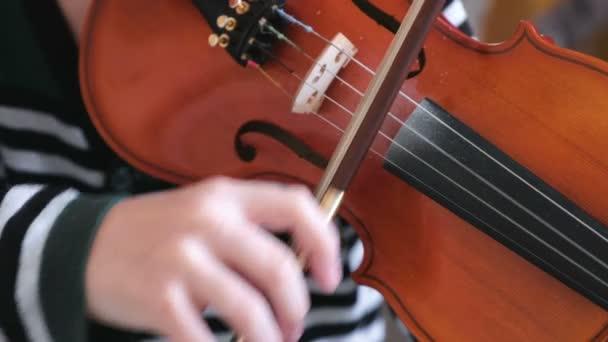 Hegedű fiúk kezében. Fiú megtanulni játszani hegedű.