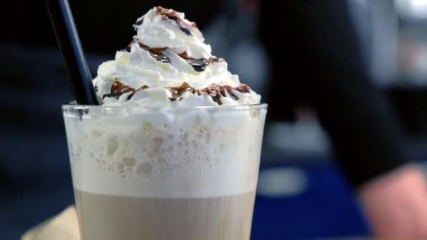 Irská káva podávaná s šlehání smetany a čokolády ve skle. Boční pohled