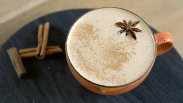 Csésze kávé capuccino Badian egy tálcán. Közeli kép:.
