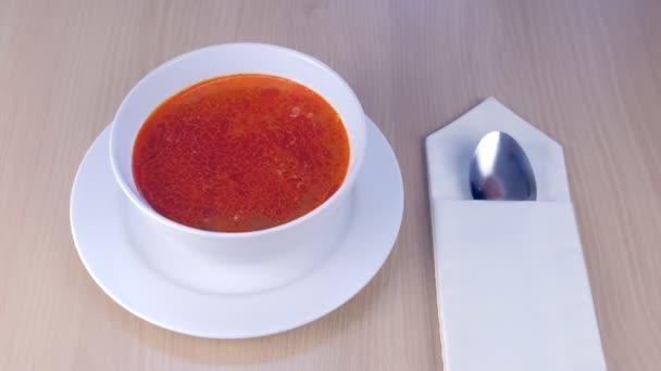 Krevetou polévka s houbami, Tom Yam Kung, thajské jídlo na dřevěný stůl, boční pohled