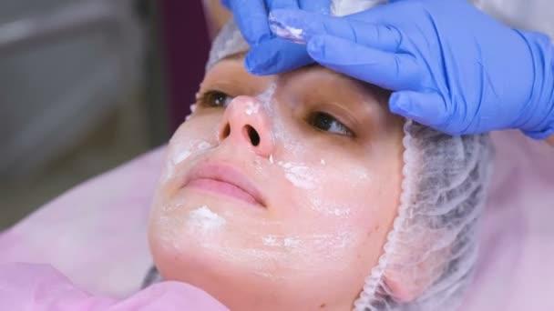 Kozmetikus hozza mask womans arcán. Arc tisztító.
