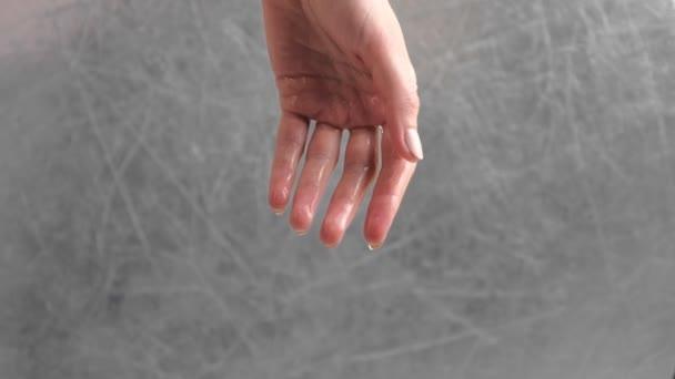 Voda protéká ženičany rukou. Ruční uzavření.