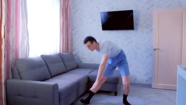 Vicces majom ember csinál Zumba aerobik gyakorlatokat otthon. Sport humor koncepció.