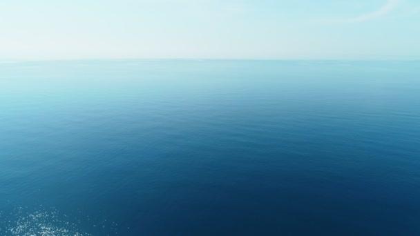 Letí přes tyrkysovou vodu přes klidné moře. Mořské pozadí.