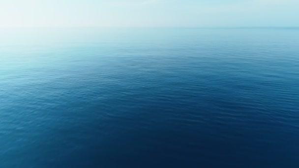 Mořské pozadí, plující přes tyrkysovou vodu přes klidné moře. Koncepce cestování.