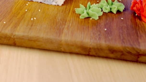 Závitky s rybami a Sezamové semínko na vrcholu sloužil v dřevěném prkénku s wasabi, zázvorem a sojovou omáčkou.