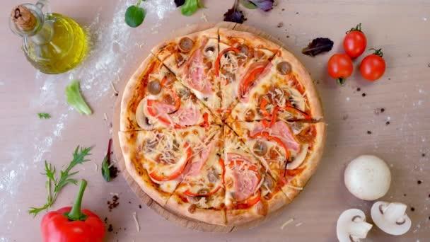 Slanina, žampiony a sýrem pizza na dřevěné desce. Pohled shora detail.