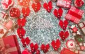 Kruh červené mašle a strom Globusy, kuličky s Veselé Vánoce s nabídkou a ručně vyráběné dekorativní hračky, současné krabic, na kámen, mramor pozadí, Vánoční blahopřání