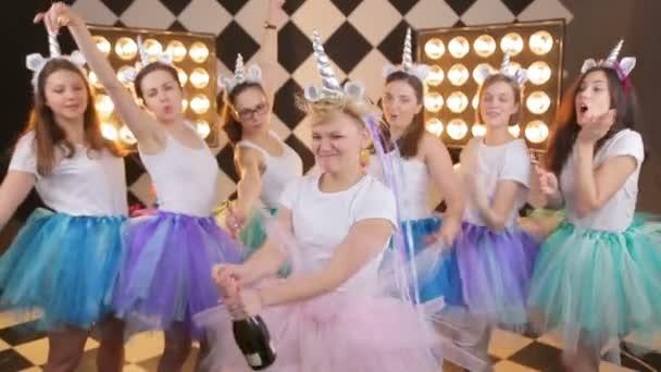 Schönheit Mädchen in bunten Luft-Tutu-Rock lachen, knallt Champagner auf warmen Rand Licht Hintergrund. fröhliches Model, das Spaß hat, den Tag der Hühner feiert