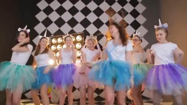 Skupina přítelkyně dance battlu pohádkový jednorožec kostýmy, sukně tutu barevné letecké pózování a tančí na fotoaparátu. Šťastné mladé bokovky dívka s večer party