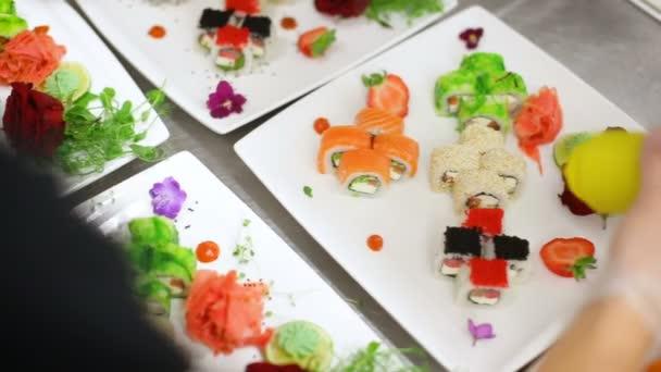 obloha s omáčkou smíšený pochoutka sushi na bílé desky