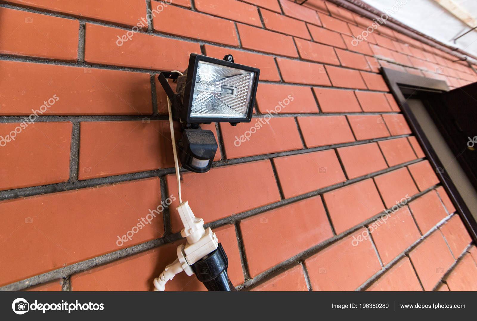 Searchlight lanterna con sensore movimento muro mattoni