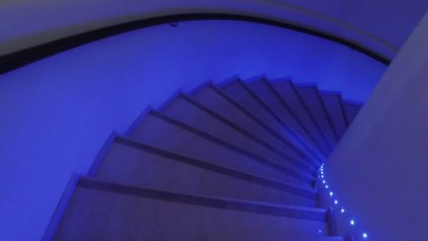 Fotoaparát chase v tmavé úzké točité schodiště