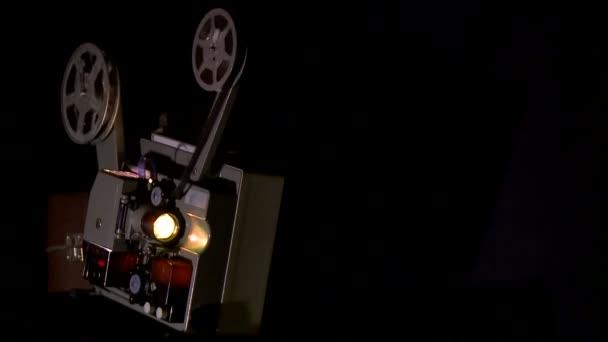 A filmvetítő film véget ért. Régi film projektor dolgozik a sötétben