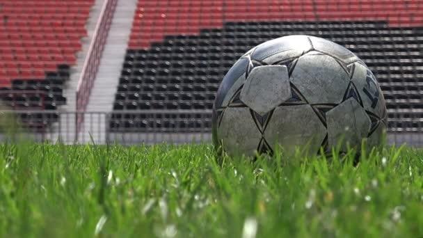 Fotbalový hráč udeří míč ve zpomaleném detail