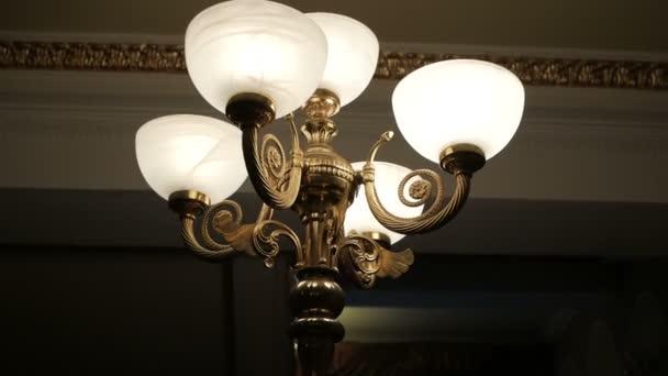 Vintage lampa na stěnu, lampu na sloupec v hale restaurace