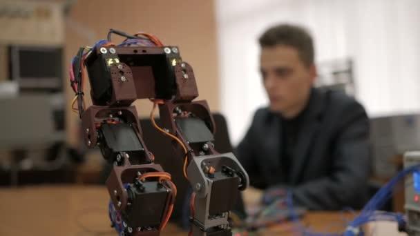 Entwicklung eines Roboters für junge Wissenschaftler. die Beine des Roboters. Robotertechnologie.