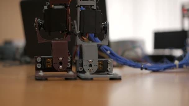 Entwicklung humanoider junger Wissenschaftler. die ersten Schritte der Beine des Menschen. Robotertechnologie. Roboter-Fußsteuerung