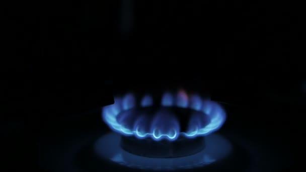 Erdgasentzündung im Ofenbrenner. russisches Gas