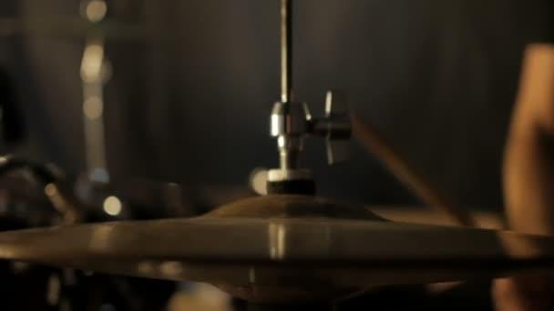 Rockový bubeník hraje hudbu na koncert. Detailní záběr