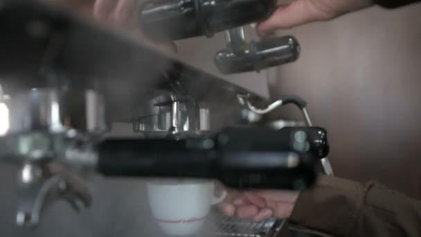 Barista kávét a kávéfőző, a nyüzsgő kávézóban