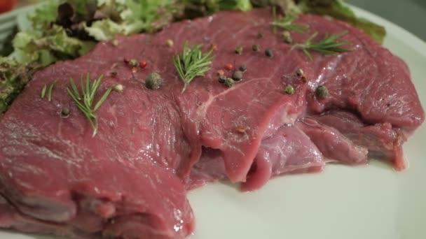 Syrové hovězí s kořením a rozmarýnem. Čerstvé ingredience pro zdravé vaření