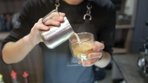 Barista önti tej egy kávét, hogy a cappuccino vagy a latte Vértes kávézó
