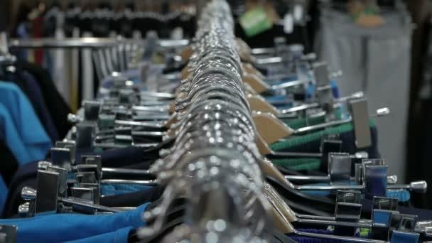 Kolekce nových krásné šaty na ramínkách v obchodě.