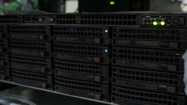 Server-Festplatten-Rack. Datenserver voller funktionierender Festplatten .