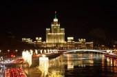 Moscow, Oroszország - 2018. január 10.: Karácsonyi megvilágítás a partra Moskvoretskaya. Éjszakai kilátás sokemeletes épület Kotelnicheskaya töltés