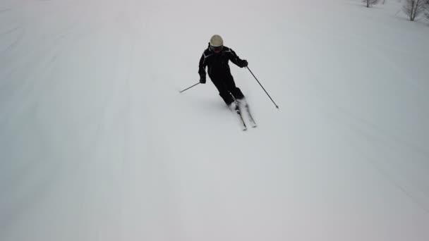 Lyžař se těší idylické dokonalé počasí na zimní den pro rekreační lyžování dolů čerstvý sjezdovku