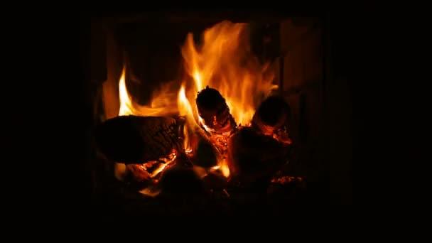 Oheň hoří v krbu. Krb plný ohnivé dříví a ohně